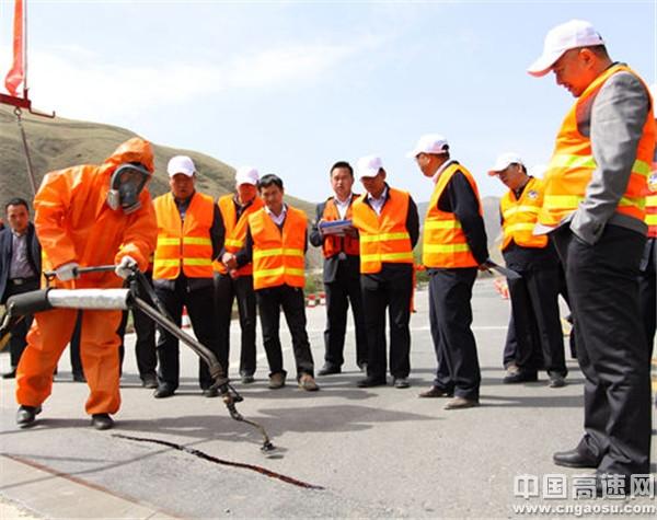 甘肃:武威公路管理局举行沥青路面裂缝处治技术比武活动
